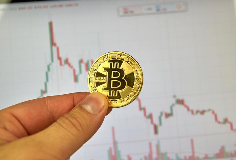 Quotazione Bitcoin, oggi si festeggiano 10 anni in rosso