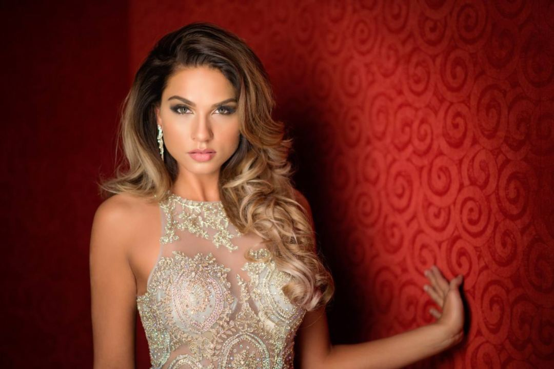Lightning Torch nelle mani di Miss Universe Finlandia