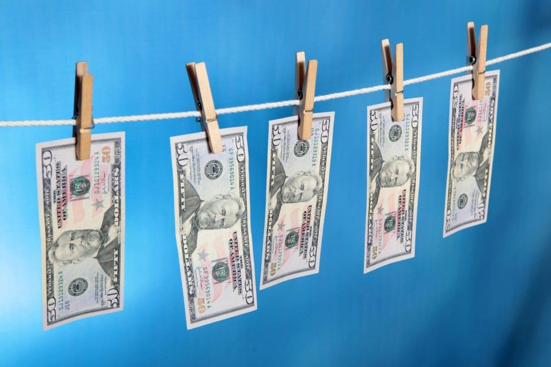 Riciclaggio denaro: il dollaro batte bitcoin 800 a 1