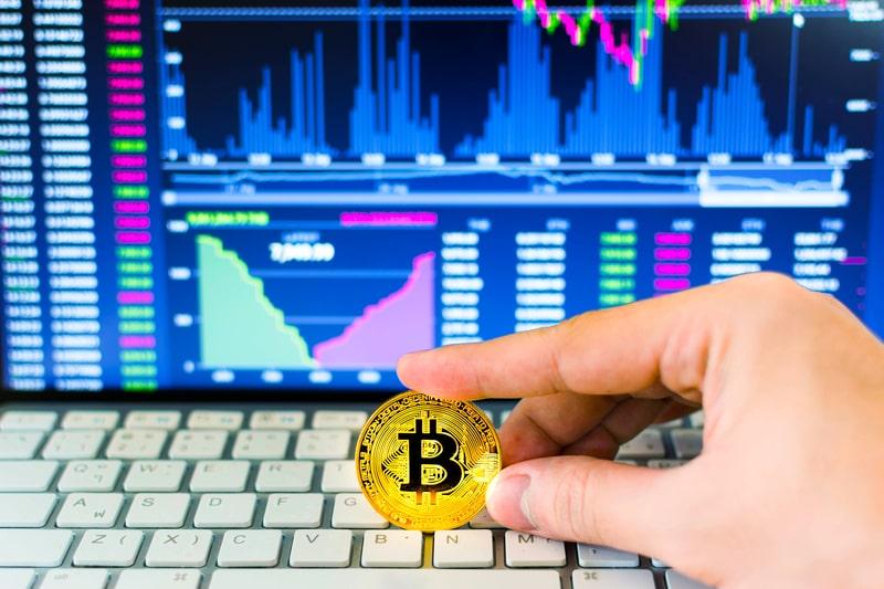 Bitcoin: la volatilità si dimezza