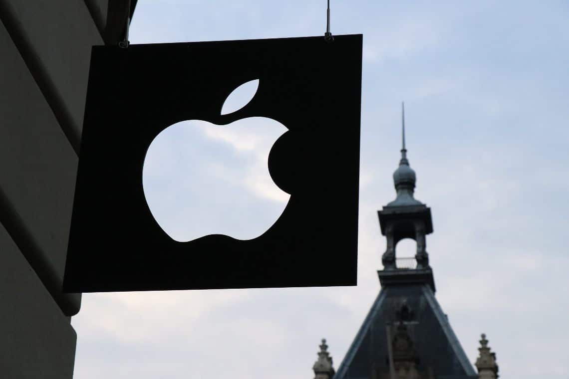 Apple, meno iPhone ma più ricavi e le azioni soffrono
