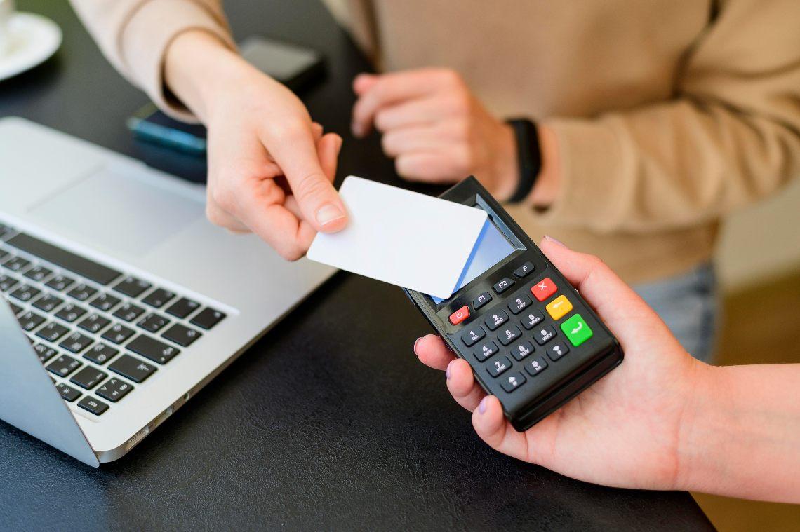 Italia: i giovani preferiscono i pagamenti cashless