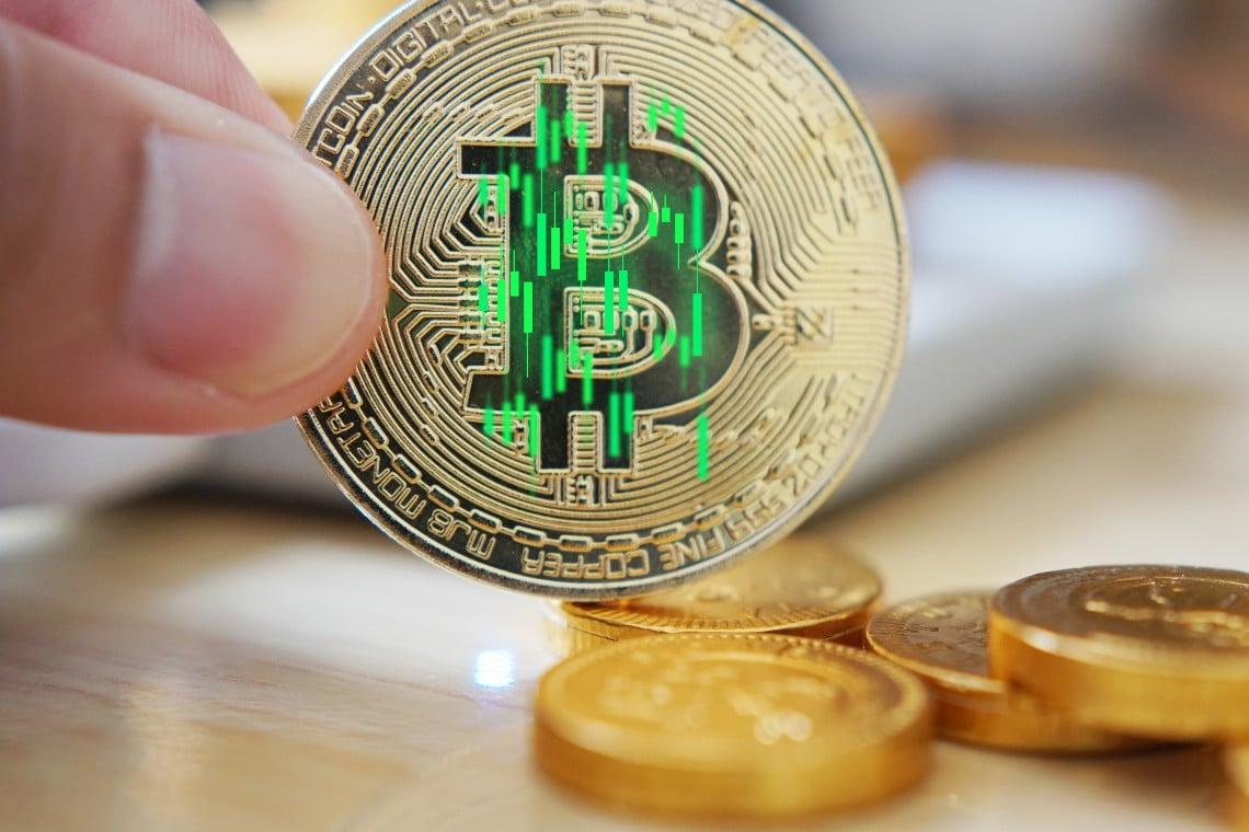 Bitcoin sale del 4%. Buona tenuta dei 33mila dollari