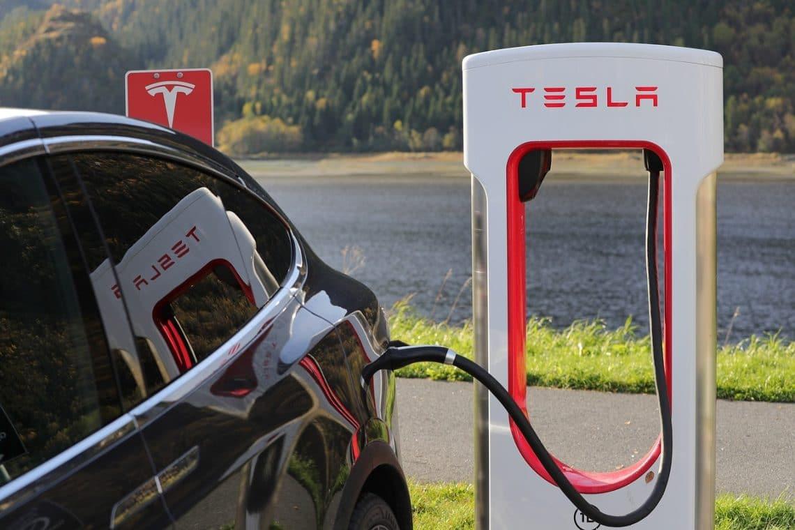 Tesla, le quotazioni attendono i dati trimestrali