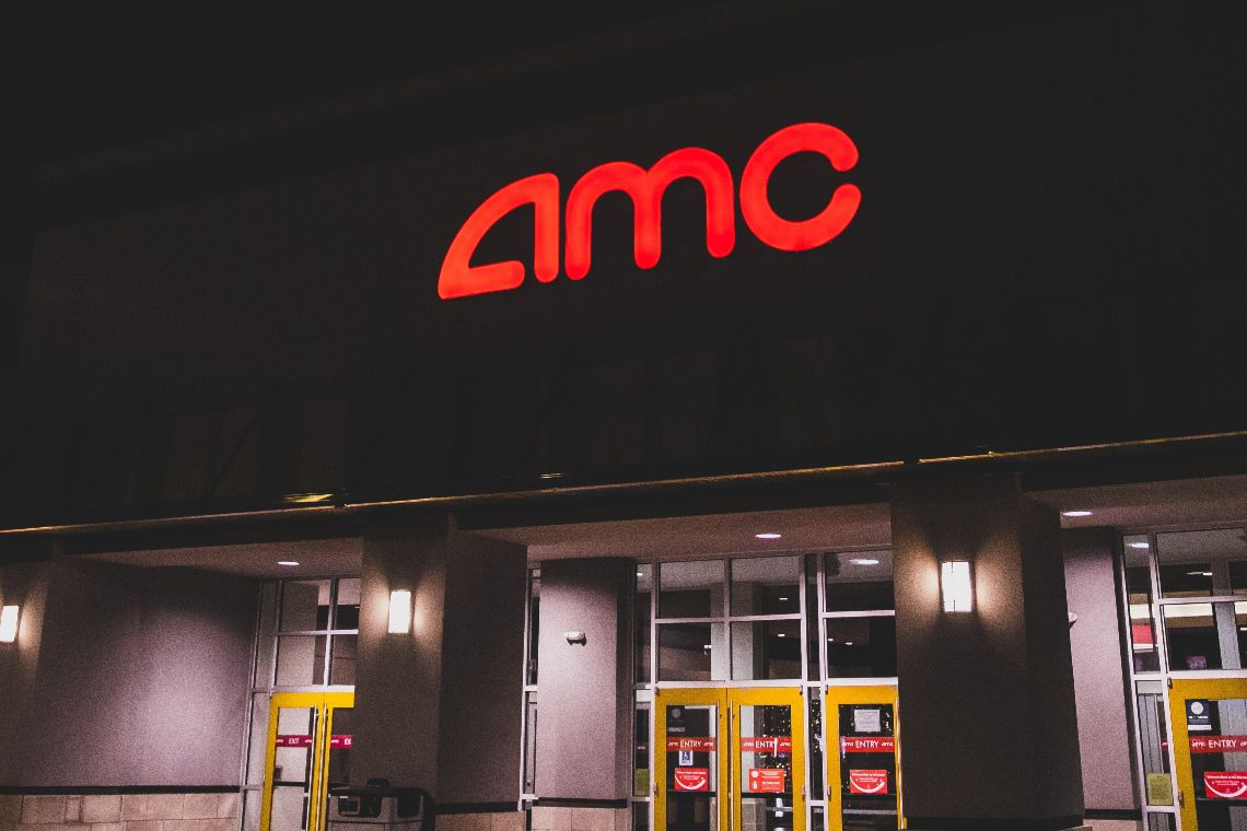 AMC accetta pagamenti in Bitcoin e le azioni salgono
