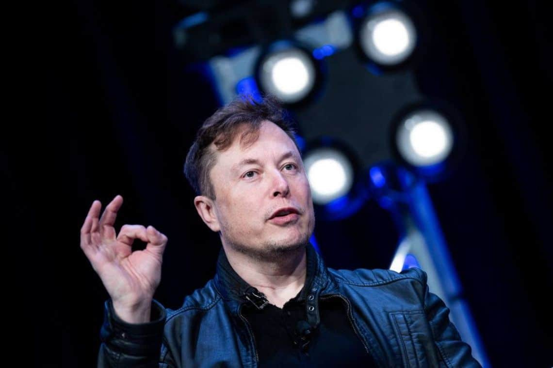 """Elon Musk e la storia con Apple: """"libro falso e noioso"""""""