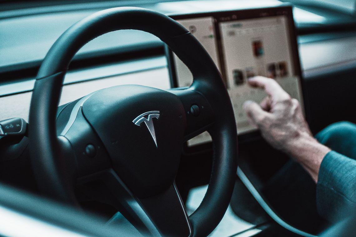 Ark Invest vende azioni Tesla per 5,7 milioni di dollari