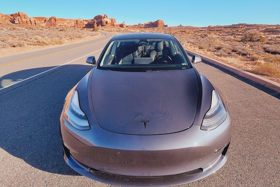 Tesla, azioni giù dopo le indagini sull'Autopilot